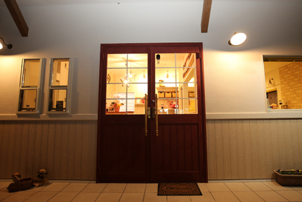 味わい深い色にペイントしたドアが趣をプラスする。