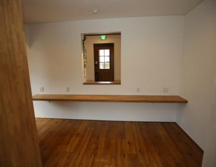カウンターの裏は事務室。まだ椅子はない。