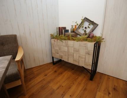 打合せ室(1)にある木のデザインがユニークな家具。