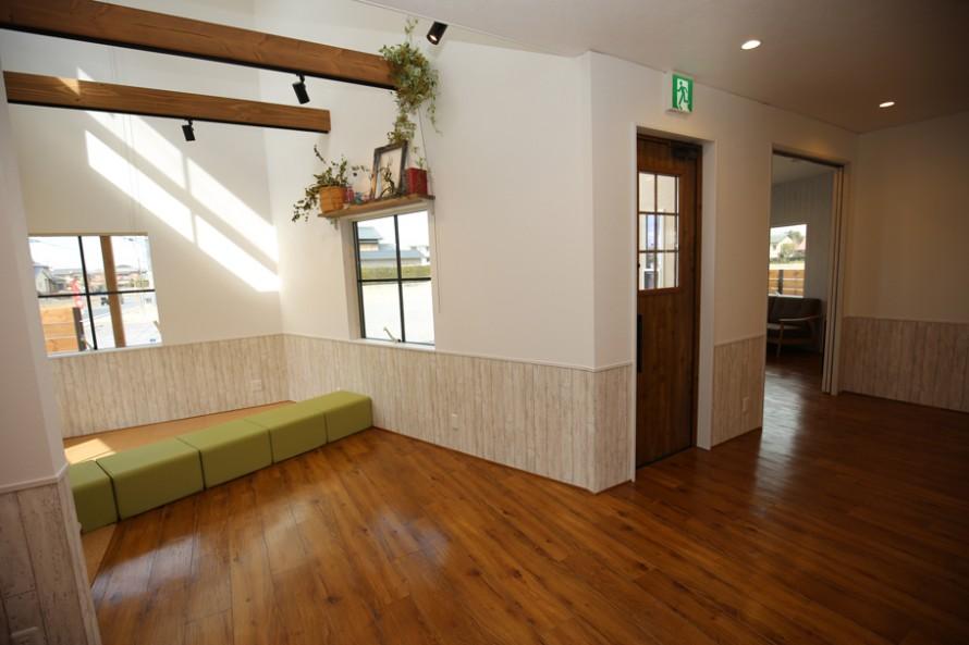 一階には事務室のほかに、打合せ室(1)(写真奥)とキッズスペース(写真手前)がある。