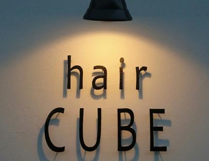 美容室の店名を切り文字でつくり、証明によって立体感を強調。