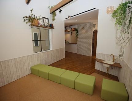 キッズスペースは緑の可愛いスツールでゾーニング。