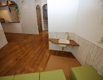 キッズスペースの一角の低い位置に設置した手洗い。