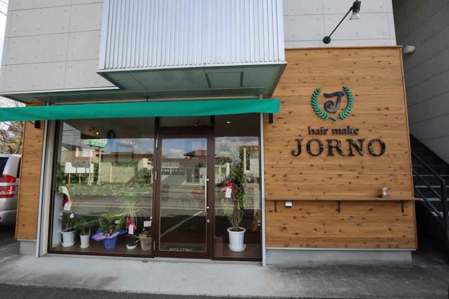 杉板を張ってナチュラルに仕上げた美容室JORNOの外観。