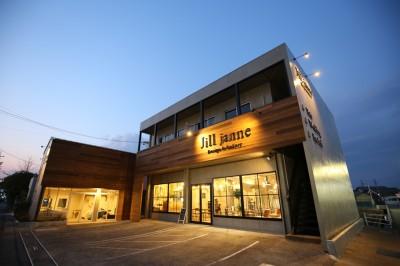 改装によってモダンでシックな印象に生まれ変わった美容室Jill janneの外観。