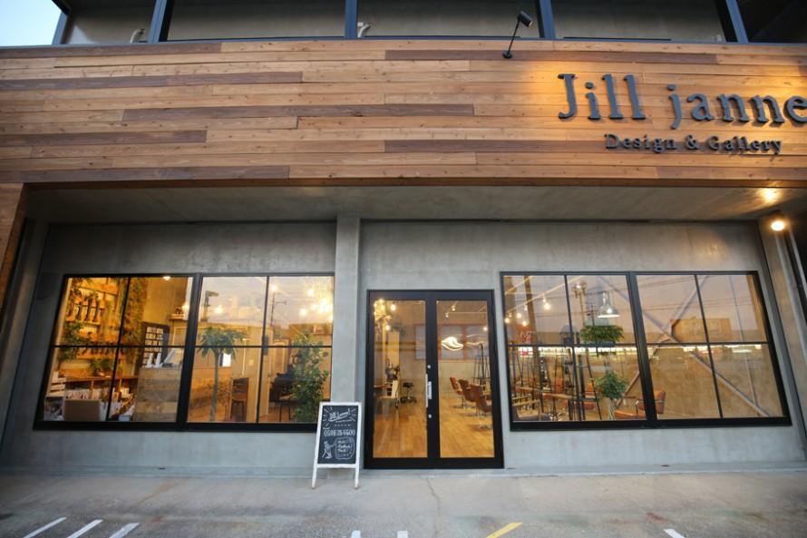 美容室Jill janneは正面に大きなガラス面を持つ開放的なデザイン。