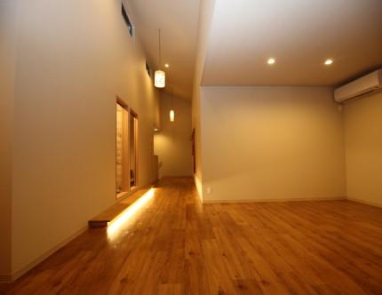 広さのある休憩スペース。掘りコタツ席に上がる上がり框に間接照明。
