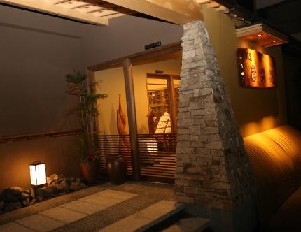 夜には各所の照明でライティング。柔らかな灯りが和の雰囲気を盛り上げます。