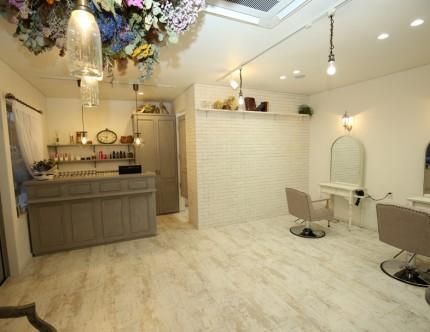 美容室Litoaの店内は白を基調にして一部にレンガをあしらったデザイン。