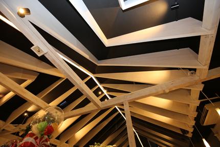 構造を担保しない化粧梁のため、独特のデザインが可能。