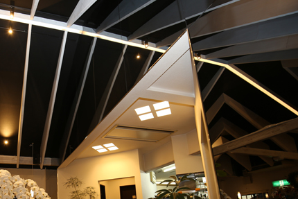 斜めに振った平面配置に合わせて、割菱形の照明を設置。