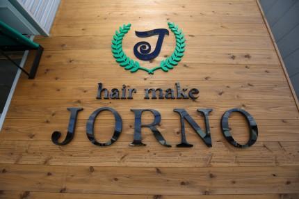 杉板の外壁にカルプ文字で店名「hair make JORNO」を造って設置。