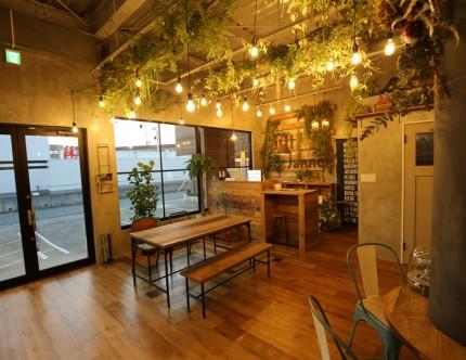 店内の照明にはショップラインを利用して、フェイクグリーンの飾り付けにも活用。
