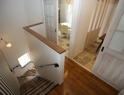 階段上の廊下からは直接打合せ室(2)とコーディネートルームへアクセスできる。