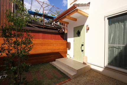平板瓦の玄関ポーチ。屋根の瓦と同じ物を使用している。