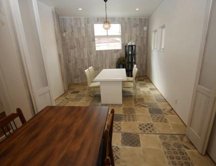 二階の打合せ室(2)とコーディネートルームは、振るオープンの折れ戸によって間仕切り。
