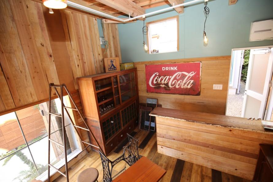 壁と床、そしてカウンターを小幅板で仕上げたナチュラルな内装。