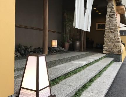 和モダンな四角錐の灯りを、石垣風の袖壁と対になるように配置