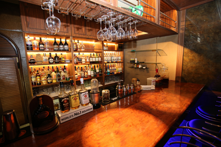 Darts&Dinning Bar Fixのバーカウンター奥の棚