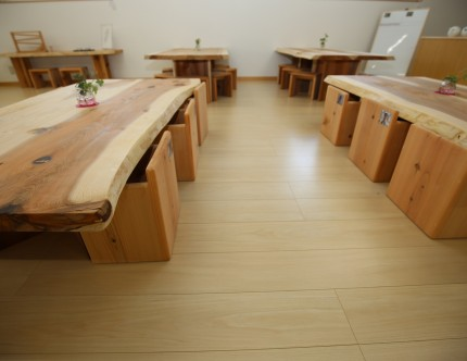 遊戯室の机は木のぬくもりを感じられるものに。