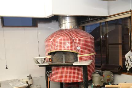 タイルで飾ったピザ釜を設置して、焼きたてのピザをサーブできる。