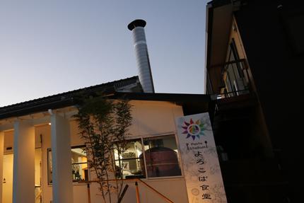 ピザ釜とその煙突が、店舗正面外観からも確認できる。