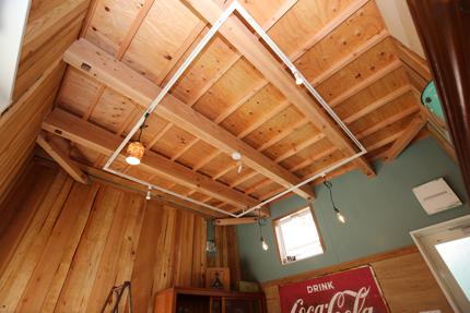 お施主様のご希望に合わせて、天井には構造を現しで見せるデザインを採用。