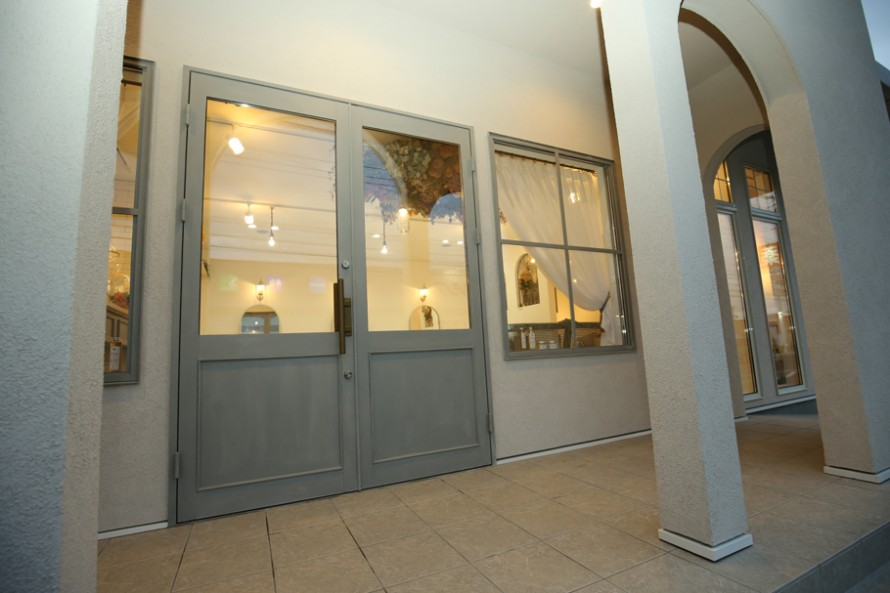 ドアのモールや窓の格子はapoaで製作し、オリジナルに塗装。