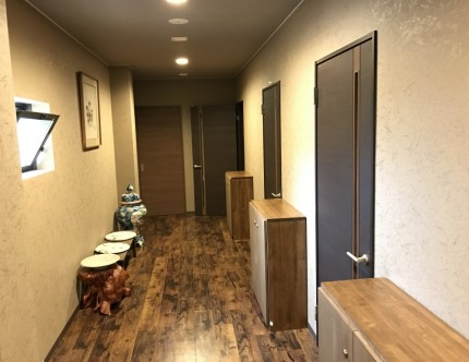 二階宴会場前の廊下にはパーティションの区切りごとにドアを設置してある
