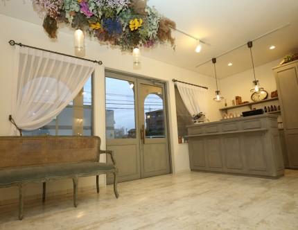 家具と建具を同じ色で塗装して統一感を演出。
