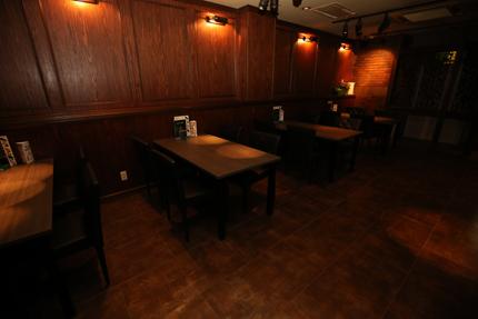 Darts&Dinning Bar Fixには四人掛けのテーブル席が並ぶ