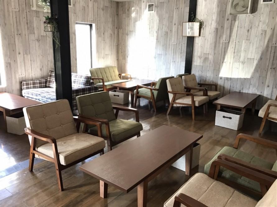 カウンターから左に折れた先の客席はヴィンテージ&ウッディの壁紙で落ち着いた雰囲気の空間。客席はソファで寛げる。