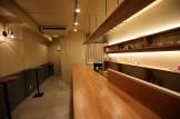 塗り壁、木製看板、立ち飲み