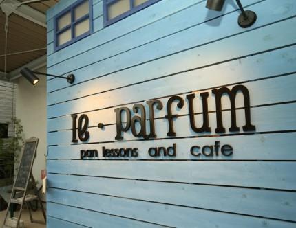 店名である「Le・Parfum」をカルプ切り文字で造り、杉板の壁を看板とした。