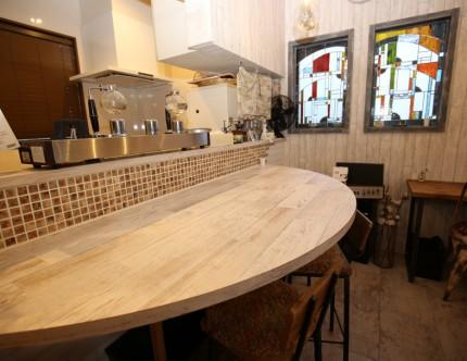 ル・パルファンの半円形のカウンターテーブルとモザイクタイル。