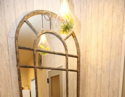 ル・パルファンのアンティーク調デザインの鏡。