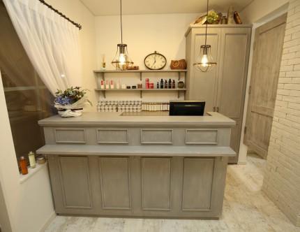 レジ周りの家具はAPOAオリジナルの設計製作。