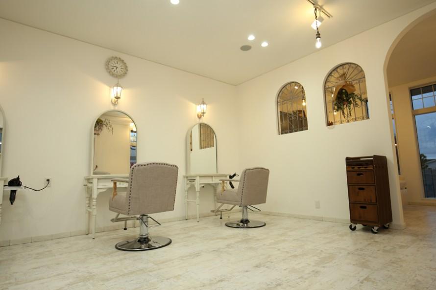 鏡と壁の開口を同じアール形状に揃えたコーディネート。