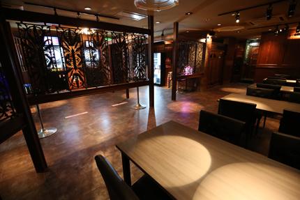 Darts&Dinning Bar Fixのテーブル席のそばにはダーツコーナーがある