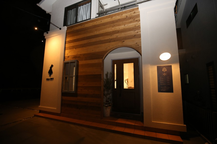 三重県津市城山にオープンした美容室アプローズは、木と塗り壁のデザインです。