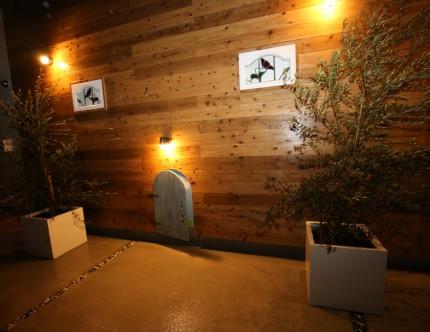 側面の外壁には飾りとの小さなドアを設置。
