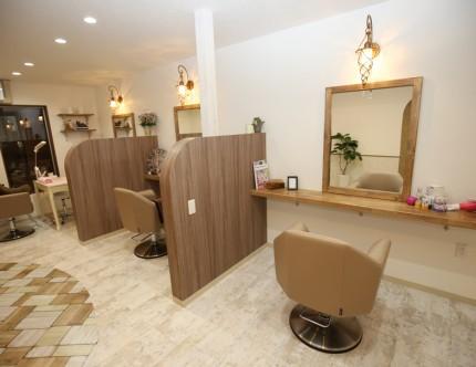 カットスペースには3席分の鏡を設置。それぞれを間仕切り。
