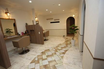 カットスペースの床には徐々に細くなる道と、その先の小さなドアをデザイン。