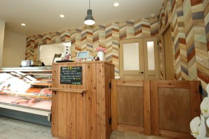 使用する機材に合わせて製作したおう児牛肉店のレジ台と自在扉(ウエスタンドア)。