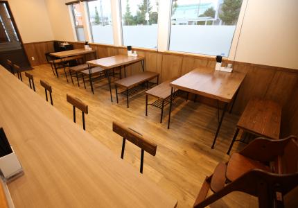 ビンテージオークの床にアイアン脚のテーブルセットがマッチしたアンティークテイスト。