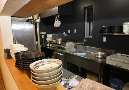 客席から覗くことができる厨房は黒ステンレスでまとめています。